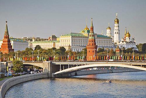 El río Moskvá con el Kremlin al fondo