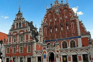 Plaza del Ayuntamiento con la Casa de los Cabezas Negras de Tallin